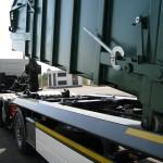 Utovar rol kontejnera na prikolicu